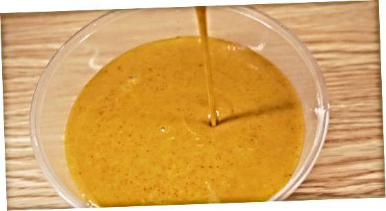 Fazendo molho de mostarda com mel
