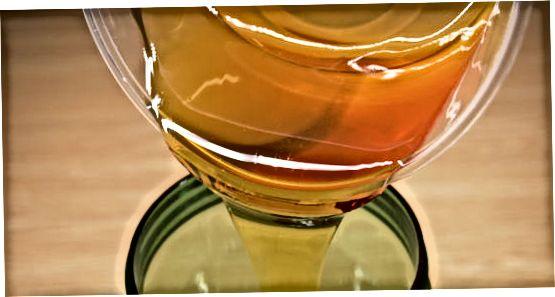 Criando molho de salada de mostarda e mel