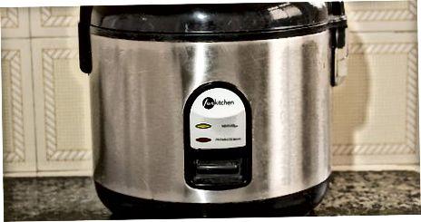 Reis in einem Reiskocher kochen