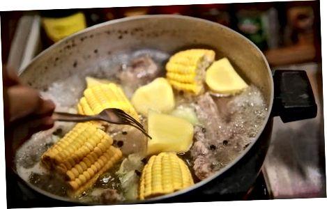 Nilagang Schweinerippchen mit Mais