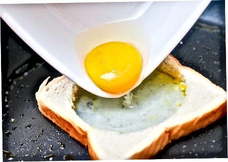 在篮子里做传统鸡蛋