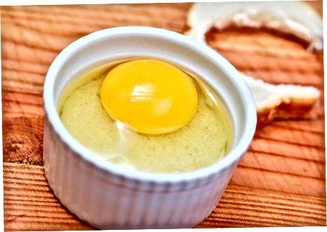 在篮子里烤鸡蛋
