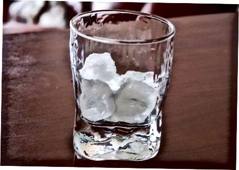 Amarula mit Eis schlürfen