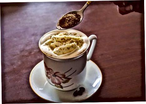 Amarula mit Kaffee trinken