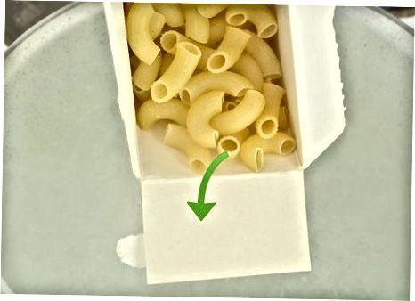 制作通心粉和奶酪