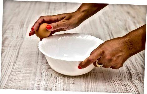 制作炒鸡蛋和火腿