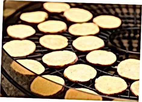 Süßkartoffeln in einem Dörrgerät dehydrieren