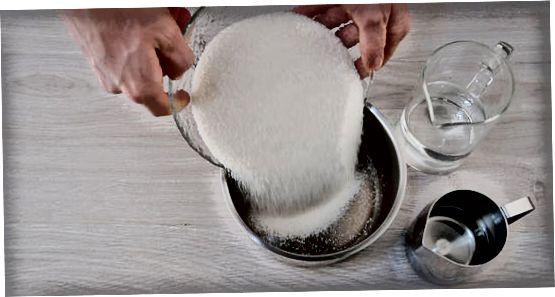 在炉子上制作糖混合物