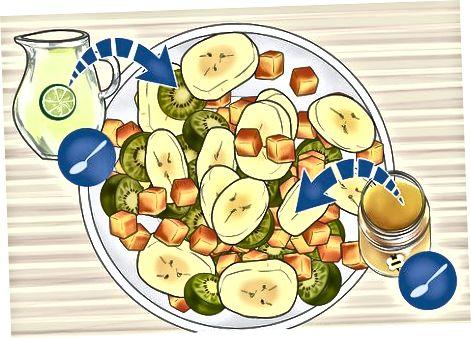 Marrja e një sallate me fruta të Kivi Berry