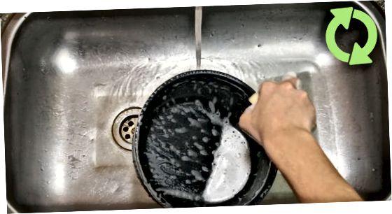 Очищення згорілої їжі з тефлонових каструль