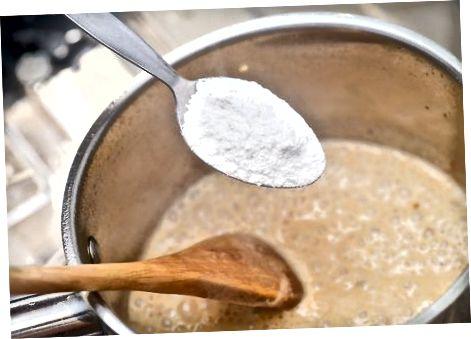 Gaminant grietinėlės padažą