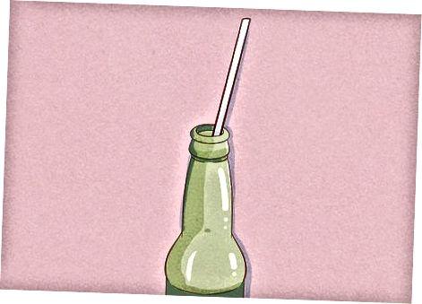 Mit einem Strohhalm in einer Flasche