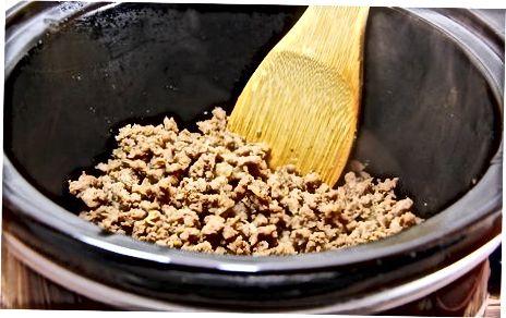 Fazendo o auxiliar de hambúrguer de macarrão com pimenta em um fogão lento