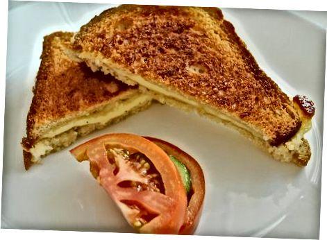 Assar sanduíches de queijo grelhado