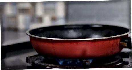 Wurst in einer Pfanne kochen