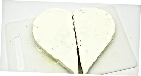 Den Kuchen zum Servieren in Scheiben schneiden