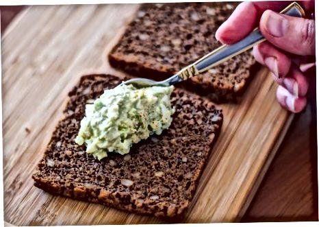 Avakado va tuxum salatidan sendvich tayyorlash
