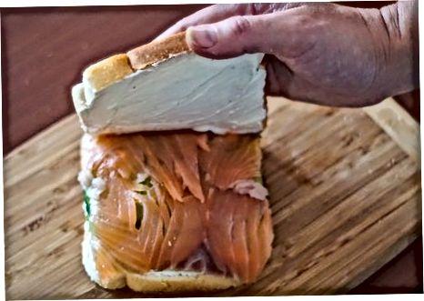 Avakado-bodring-losos sendvichlarini tayyorlash