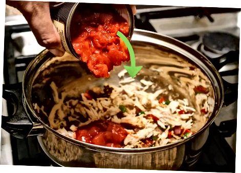 Приготовление и добавление ингредиентов в суп