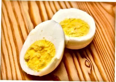 تخم مرغ های جوش سخت در یک قلاب کلوچه