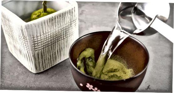 Preparando o chá verde Matcha