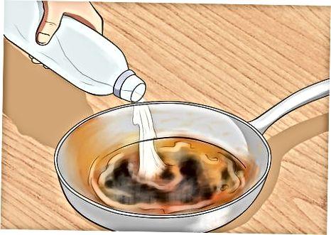 Очищення випаленої каструлі з миючим засобом