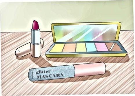 Mit Haaren und Make-up herumspielen