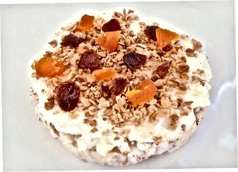 Ngrënia e ëmbëlsirave të orizit për mëngjes