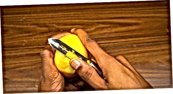 Utilitzant un ganivet de peles i verdures