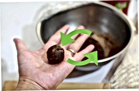 Fazendo as trufas de bolo de frutas