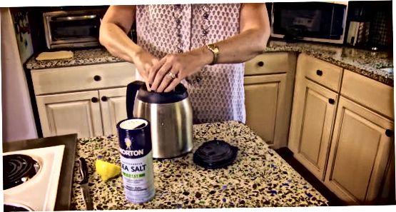Jää kasutamine kohvikannu puhastamiseks