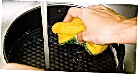 تابه را با صابون و آب گرم خیس کنید