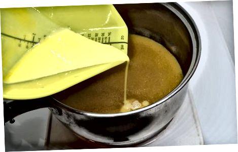 Utilitzant rovells d'ou per a postres i salses cremes