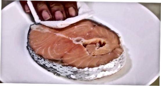 Печени лосос са соком од биља и сенфа