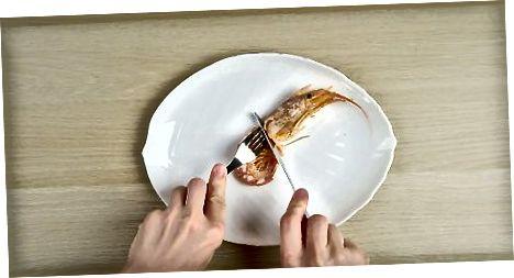 Duke përdorur një pirun dhe thikë