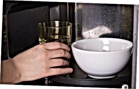 Naudojant vandens puodelį