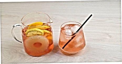 Используя свежие фрукты и игристое вино