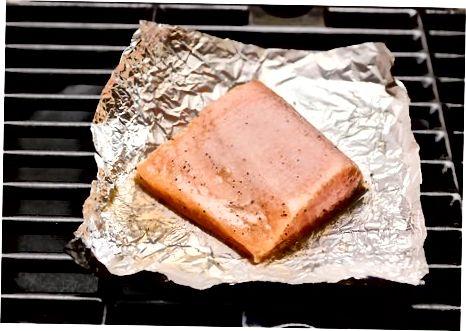 Salmon themelor i pjekur në skarë