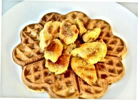 Ngrënia e ushqimit të pulës me pulë dhe waffles