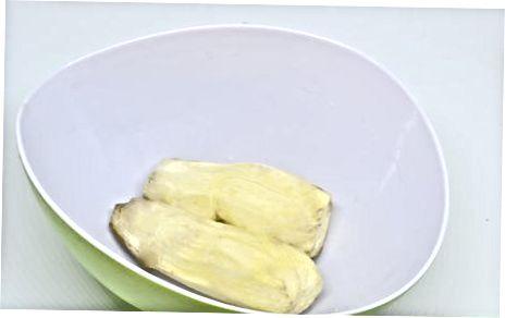 Охолоджуючи сиру, нарізати солодку картоплю