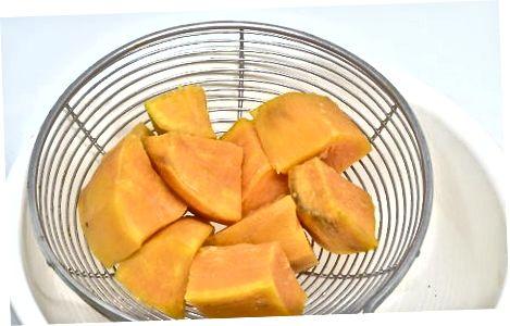 Заморожуючи сире, нарізаємо солодку картоплю
