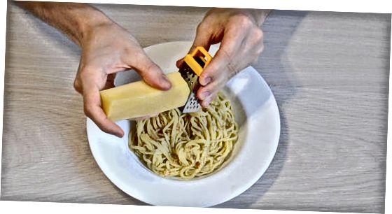 Bætir kryddi við soðna pasta