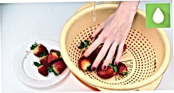 De aardbeien voorbereiden
