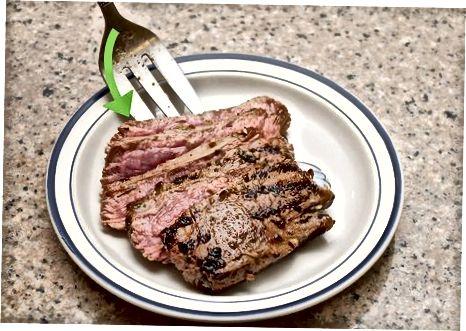 De steak serveren