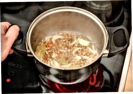 Простий суп з сочевиці з затокою