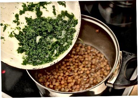 Простий суп з сочевиці та шпинату