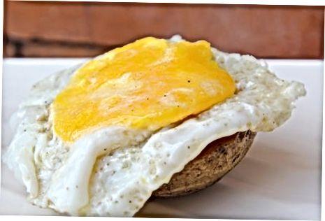 ממלאים במחבת מחבת וביצה מטוגנת