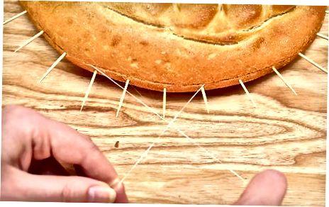 Utilitzeu escuradents per tallar un pastís a capes