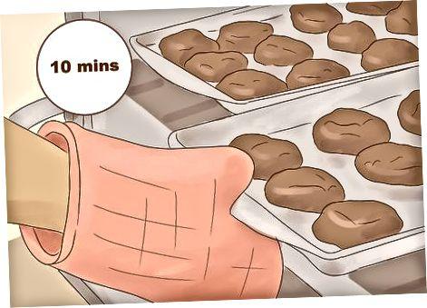 मैक्सिकन चॉकलेट कुकीज़ तैयार कर रहा है