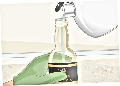Fylling flaskunnar með sjóðandi vatni